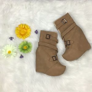 Tan Strappy Platform Wedge Boots Faux Leather🛍